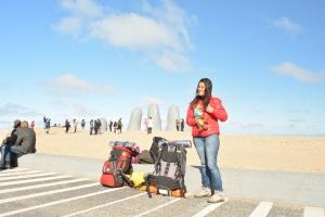 Michele no monumento dos dedos, em Punta del Este, Uruguai