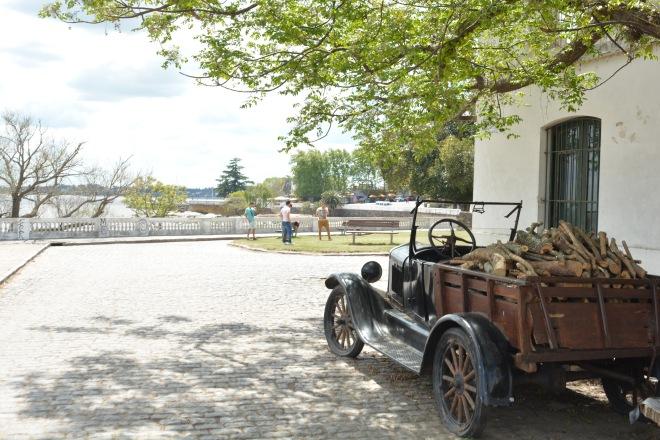 Carro antigo em uma das tranquilas ruas de Colônia del Sacramento