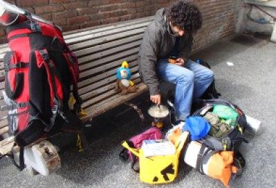 Cozinhando na rodoviária de Paysandu para economizar